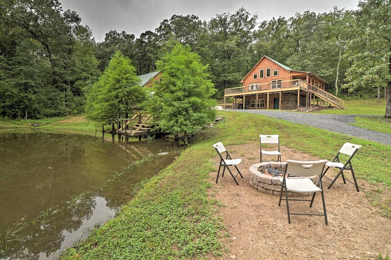 NEW! Hideaway Cabin - Walk to Greers Ferry Lake!, holiday rental in Shirley