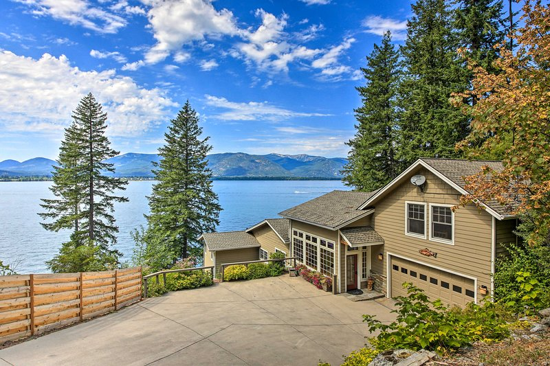 The home overlooks Lake Pend Oreille and is great for groups of up to 12.