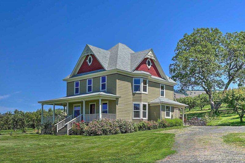 NEW! 'StoryBook Glade' Historical Homestead w/View, aluguéis de temporada em Mosier