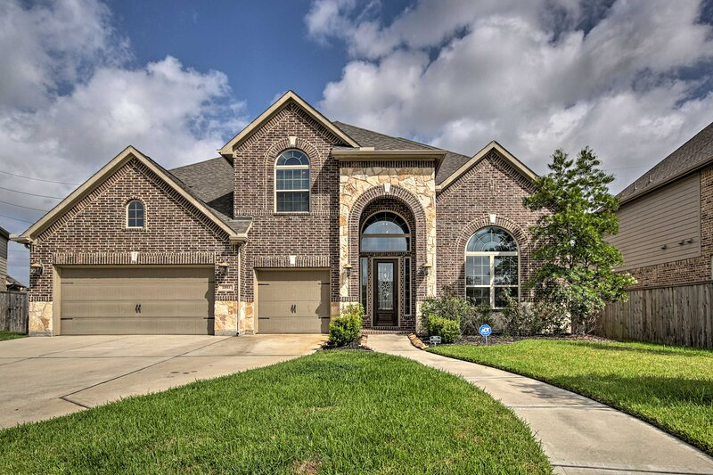 NEW! Spacious Pearland Home w/Theater Room + Yard!, location de vacances à Rosharon