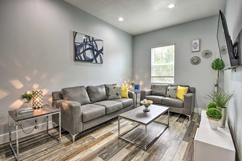 Luxe, Modern Houston Apt - 1 Mile to The Galleria!, casa vacanza a Valley Spring