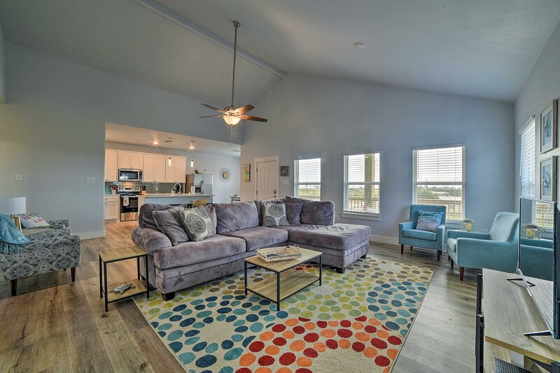 NEW! Pet-Friendly Home ~ 3 Miles to Rockport Beach, alquiler vacacional en Rockport