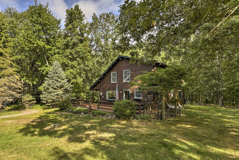 NEW! Tranquil East Lyme Log Home on 12 Acre Woods!, holiday rental in East Hampton