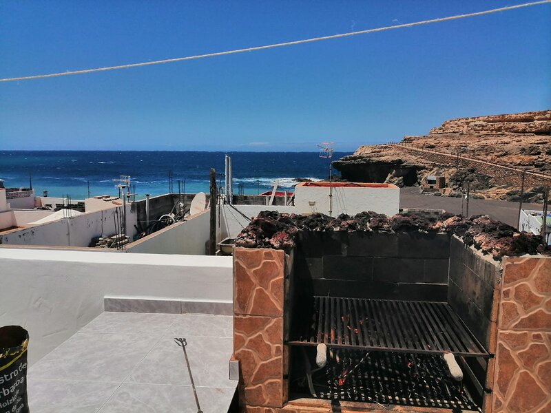 Casa Teresita On the Beach with Ocean View, Terrace & Wi-Fi; Pets Allowed, aluguéis de temporada em Ajuy