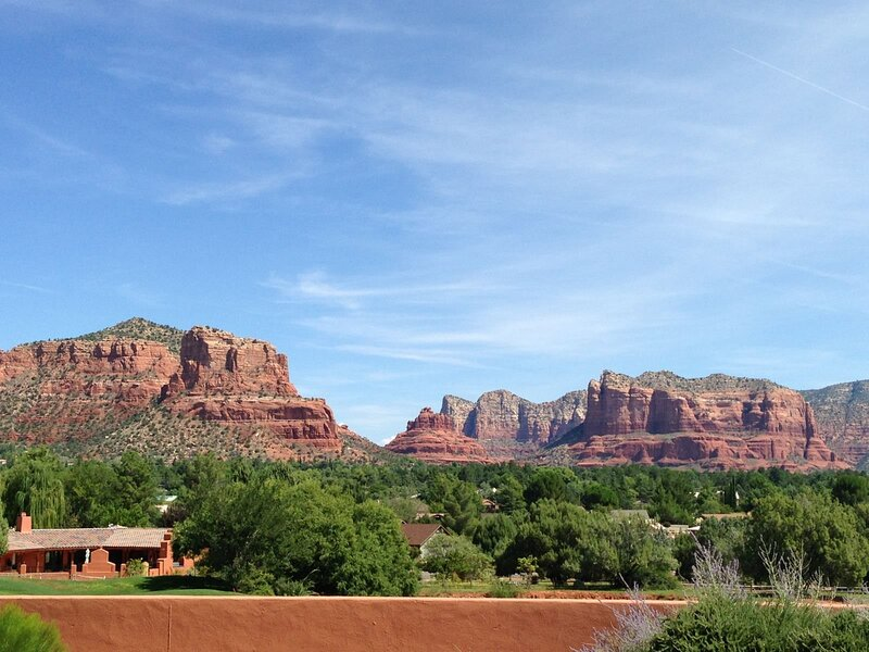 Beautiful, Contemporary SW Ranch-Rambler Style Home in the Sedona Golf Resort Su, holiday rental in Village of Oak Creek