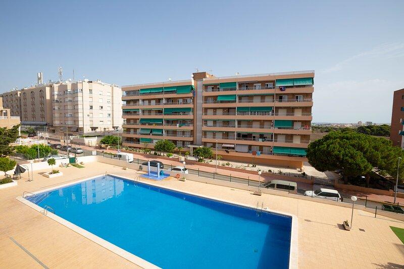 Costa Blanca South - 2 Bed/3rd Floor Apartment - Wi-Fi-A/C/Pool - Punta Prima, holiday rental in Punta Prima