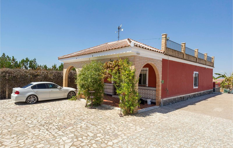 Stunning home in Olivares with Outdoor swimming pool and 3 Bedrooms (EAC503), aluguéis de temporada em Espartinas