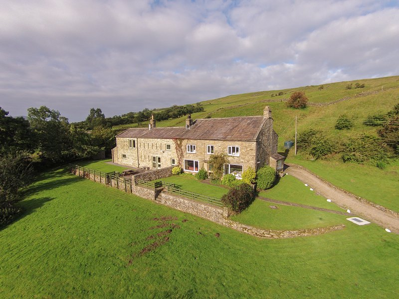 DEERCLOSE WEST FARMHOUSE, stone-built, woodburners, parking, garden, in, vacation rental in West Burton