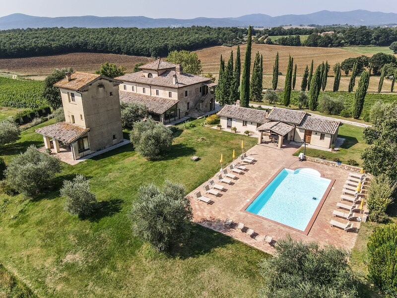 Manor with private pool, big garden, large porch for outdoor dining a 100km Rome, vacation rental in San Gemini
