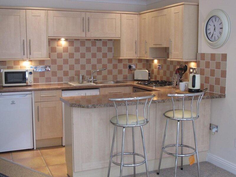 BOURNECOAST: LOVELY APARTMENT CLOSE TO PIER & SANDY BEACHES - COURTYARD - FM6295, alquiler vacacional en Bournemouth