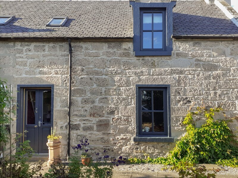59 SOCIETY STREET, beach nearby, woodburning stove, centre of Nairn, Ref 962218, Ferienwohnung in Nairn