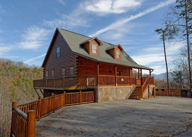 Seven Bedroom Gatlinburg Luxury Cabin with Majestic Smoky Mountain Views!, vacation rental in Gatlinburg