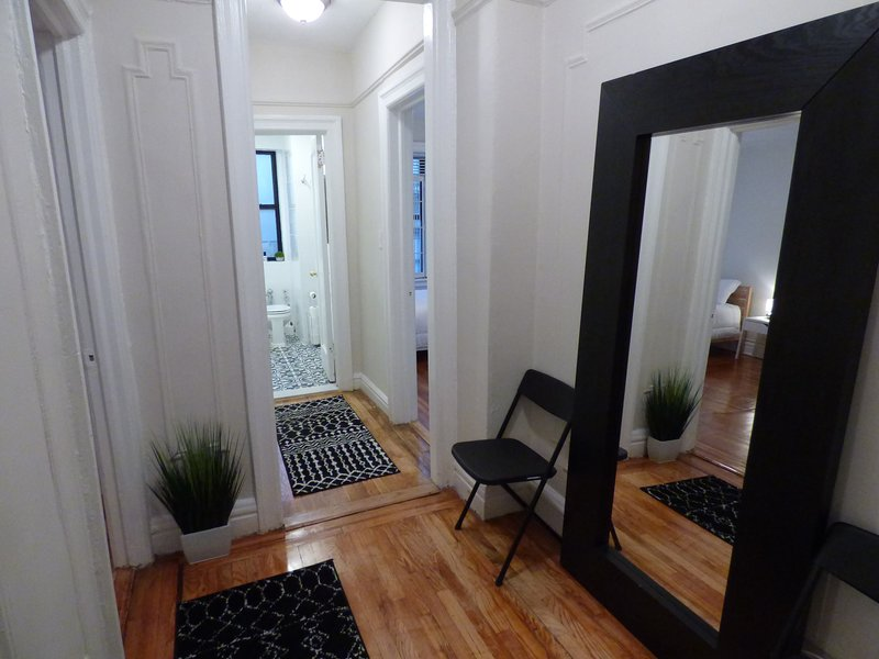 Modern, Sunny Apartment in Pelham Parkway, The Bronx, holiday rental in Yonkers