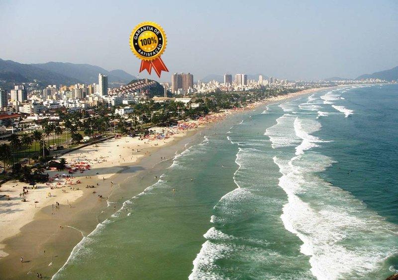 Enseada, a duas quadras da praia! Ar.cond.; Wi-Fi; garagem., aluguéis de temporada em Guarujá