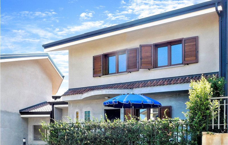 Nice home in Soverato with WiFi and 3 Bedrooms (IKK531), vakantiewoning in Montepaone