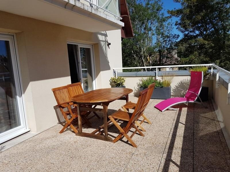 Bel appartement dans le centre de la station avec piscine, holiday rental in Ranville