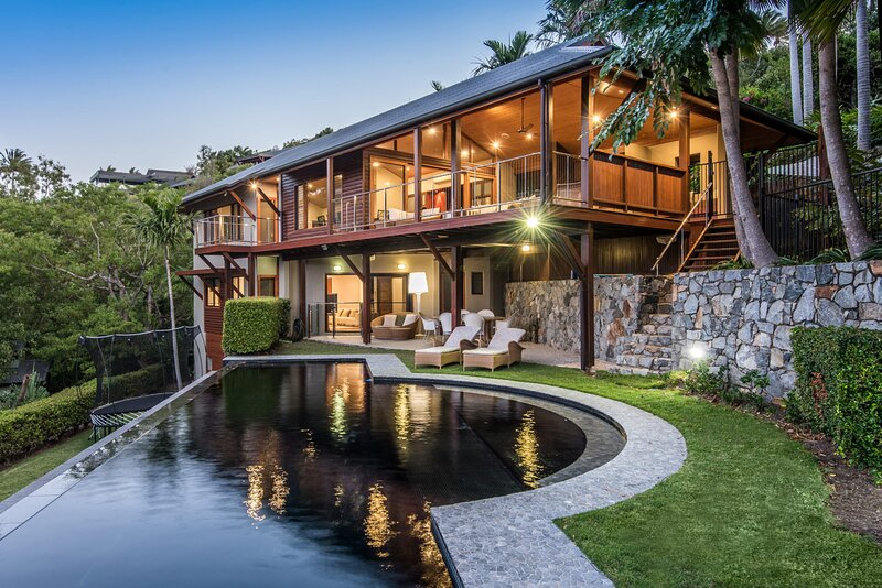 Iluka Luxury House With Ocean Views On Half Acre With Pool And Two Golf Buggies, alquiler vacacional en Shute Harbour