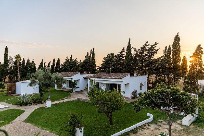 Finca Duende - grosszügiger Bungalow Komplex mit Terrasse, Bar und Pool, holiday rental in Conil de la Frontera