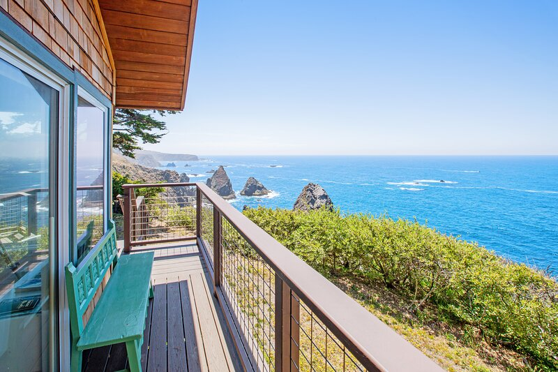 Gorgeous, dog-friendly, oceanfront home w/  spacious deck & spectacular views, vacation rental in Mendocino County