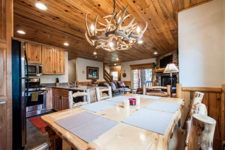 Modern Cabin w Hardwood Dining Table Seats up to 6 Guests Comfortably