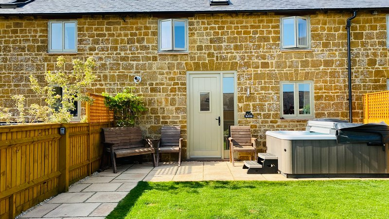 The Cow Byre - Explore the Cotswolds *New Hot Tub from July 2020, holiday rental in Chipping Norton