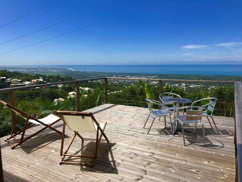 Lounge des hauts , au calme avec vue panoramique sur l'Océan et la montagne, holiday rental in Etang-Sale les Hauts