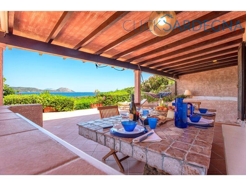 Villa Costa Corallina, with spectacular sea views right on the beach, alquiler vacacional en Porto San Paolo