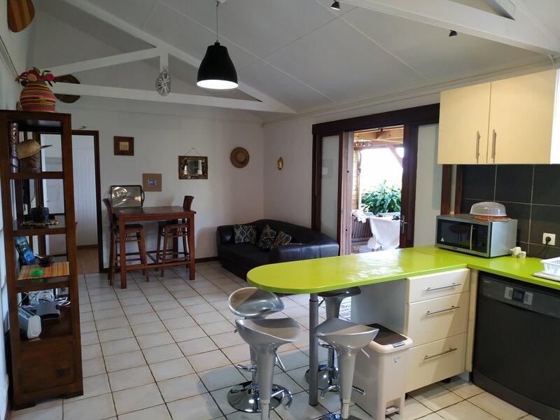 Lounge des hauts: La Maison , au calme avec vue panoramique sur l'Océan et la mo, holiday rental in Etang-Sale les Hauts