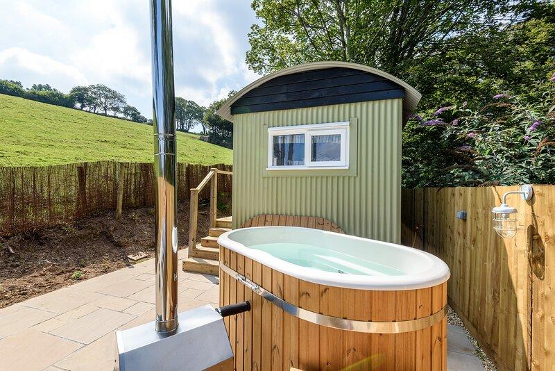 Luxury Coastal Shepherds Hut Retreat with Hot Tub. 5 minute walk to village, holiday rental in Polperro