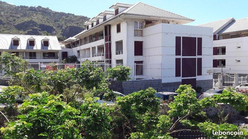 T2 Grande terrasse vue Jardin prox C-Ville et Front de Mer, accès plages Ouest, holiday rental in Saint-Denis