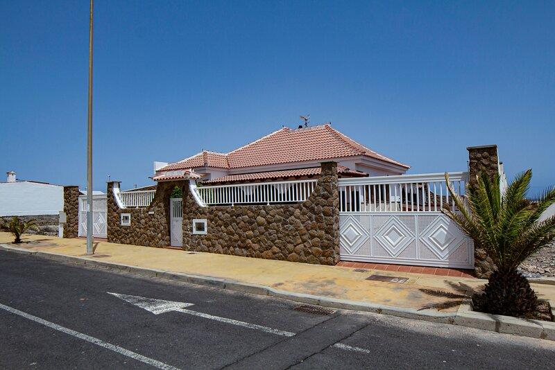 ACOJEDORA CASA INDEPENDIENTE CON PISCINA, VISTA  MAR Y TEIDE EN LA LISTADA, vacation rental in San Miguel de Tajao
