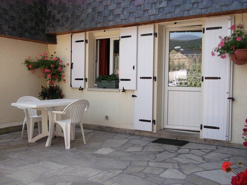 gentil studio, RDC jardin, terrasse privée, quartier très calme sans vis à vis., location de vacances à La Bourboule