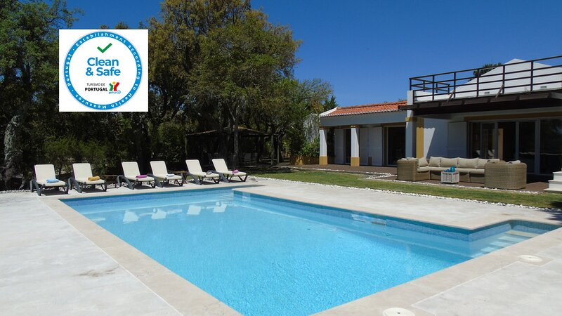 Spacious Luxury Villa with Pool, Stunning View on Exclusive Woodland Condominium, location de vacances à Quinta Do Conde