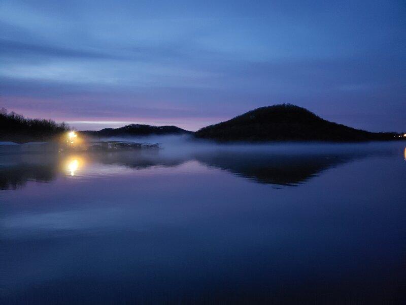 Simple, Clean and Quiet Lakeside Resort!, location de vacances à Galena