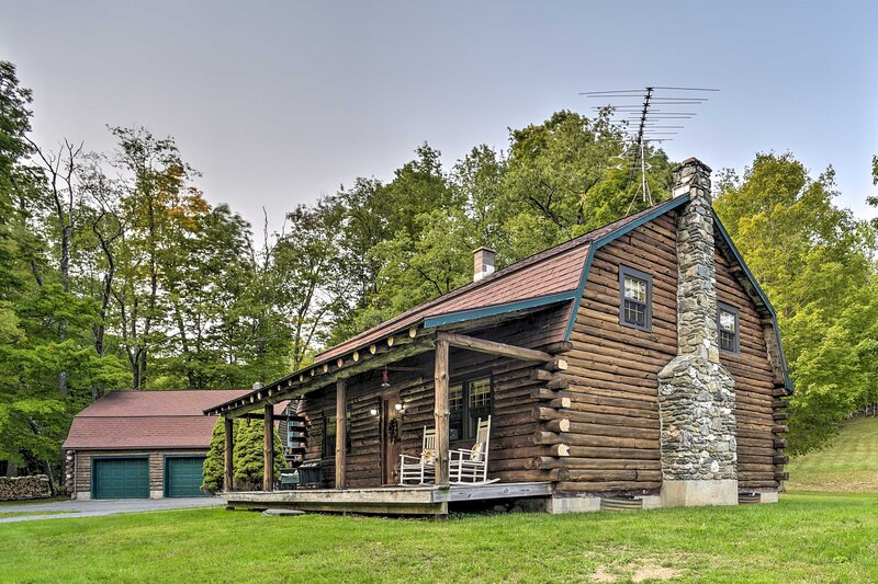 Hancock Log Cabin Retreat: 2 Miles to Jiminy Peak!, aluguéis de temporada em Williamstown
