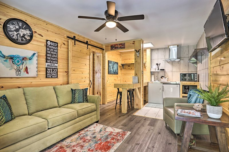 Come visit this cozy 1-bedroom, 1-bathroom apartment in Pigeon Forge.