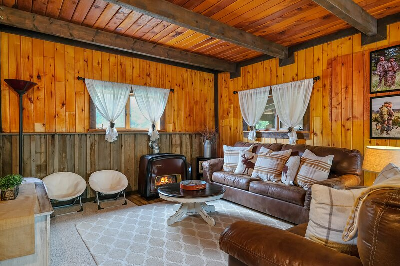New listing! Unique mountain lodge w/ firepit, loft, fireplace, & free WiFi!, casa vacanza a Del Norte