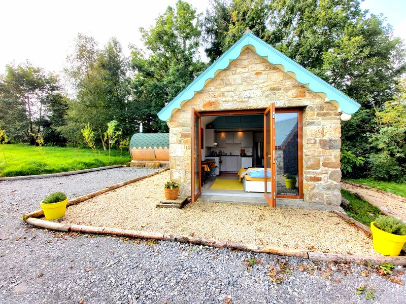 Charming 1-Bed Cottage with Hot Tub & Sauna, holiday rental in County Leitrim