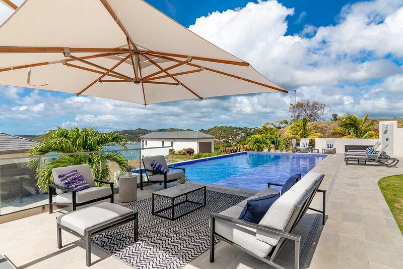 2 Bed Luxury Suite with ocean view, pool and beach, holiday rental in Westerhall