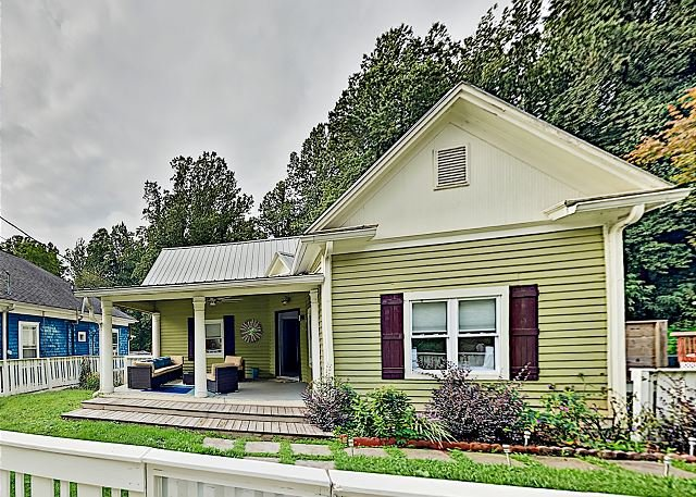 The Lime House: Modern Downtown Retreat w/ 2 Kitchens & Large Fenced Yards, holiday rental in Balsam Grove