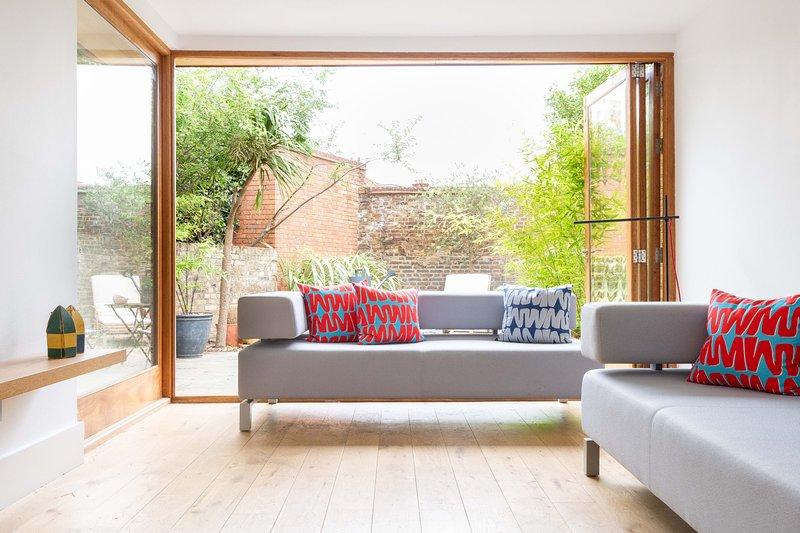 The North Kensington Retreat - Bright 4BDR House with Parking & Garden, aluguéis de temporada em Willesden