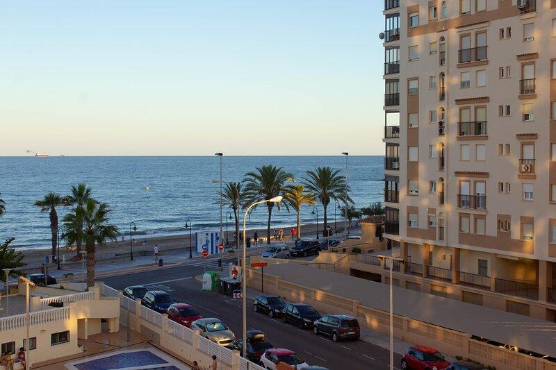 Apartamento Heliopolis, vistas al mar y montaña en Benicasim, vacation rental in Benicasim