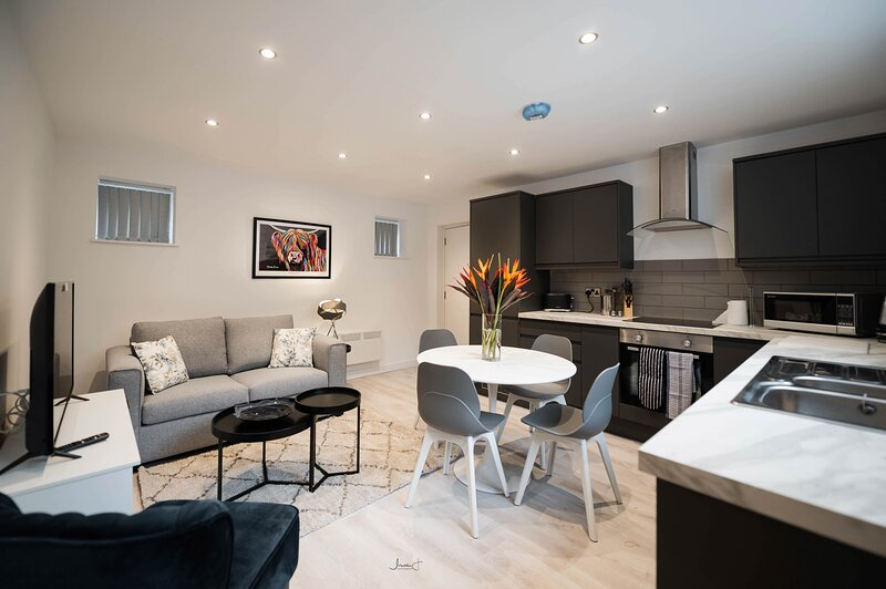 CA Short Stay - Modern & stylish 1 bed apt sleeps 4 - Private entrance, location de vacances à Lytham St Anne