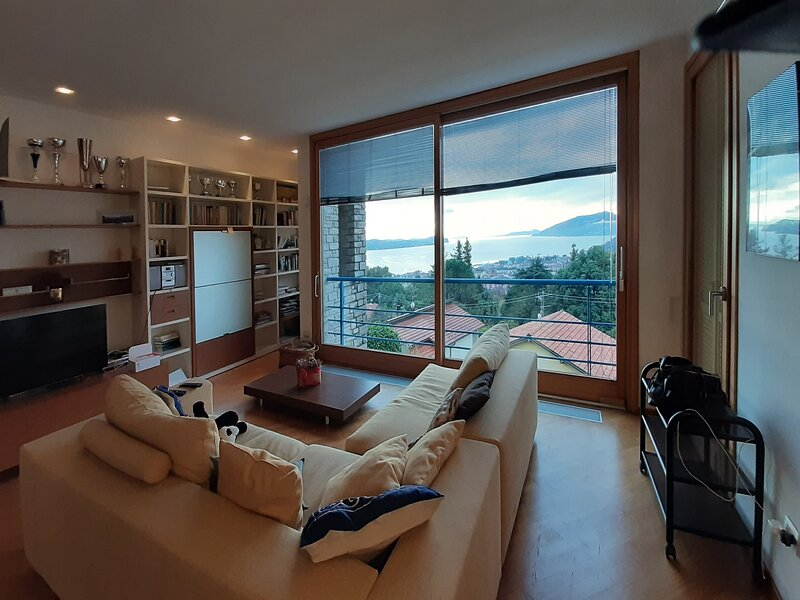 Casa Azalea Rossa - Luxury Lake View Home, Ferienwohnung in Bee