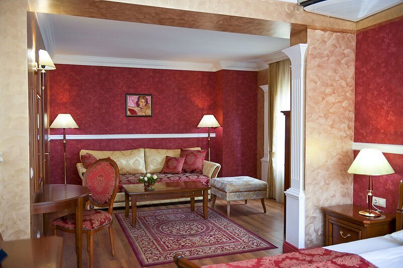 Romantic Suite With Wellness Steps To Downtown, holiday rental in German