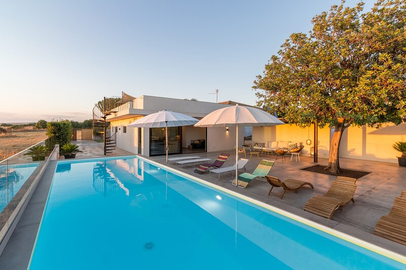 Demetra, villa with swimming pool and sea view, vacation rental in Donnafugata