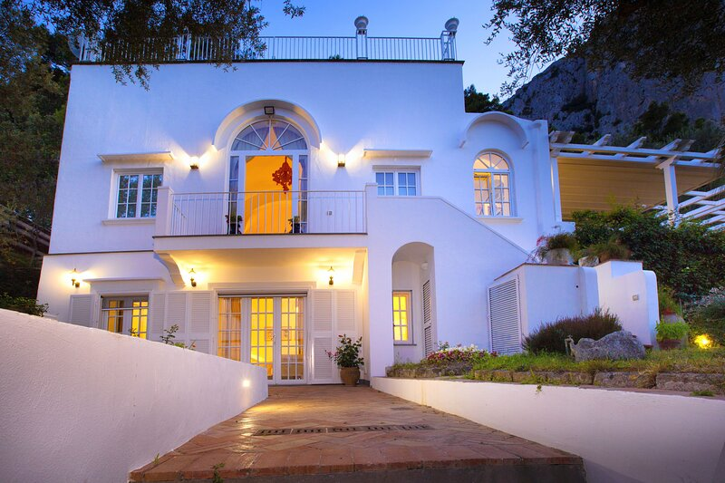AMORE RENTALS - Villa Elena with Sea View, Jacuzzi, Garden and Terraces, location de vacances à Capri