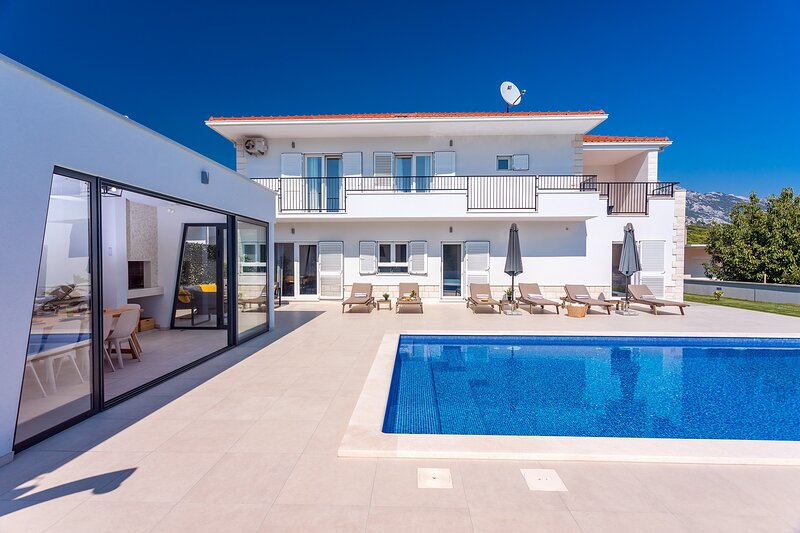 VILLA ALMIC with heated pool, 5 bedrooms,Gaming room, multi-use playground court, holiday rental in Tugare