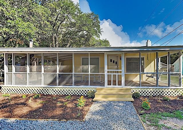 Renovated Coastal Cottage | Screened Porch & Firepit | Near Beach, Marsh Walk, holiday rental in Murrells Inlet