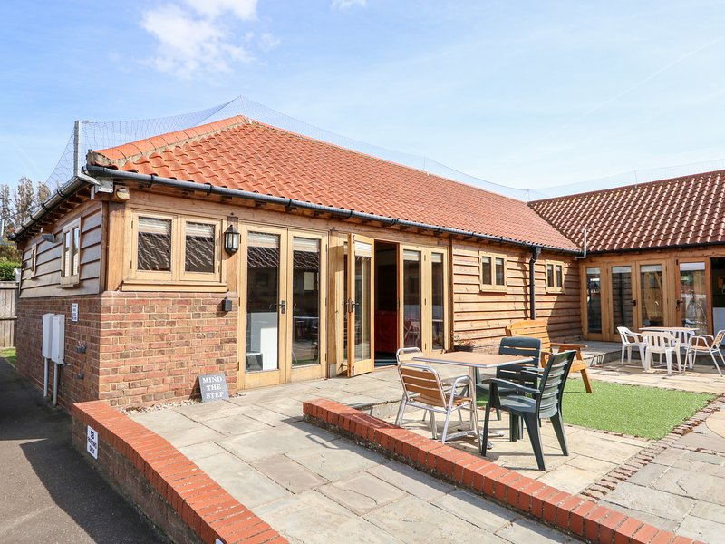 5A HIDEWAYS, family friendly, character holiday cottage, with a garden in, holiday rental in Hunstanton